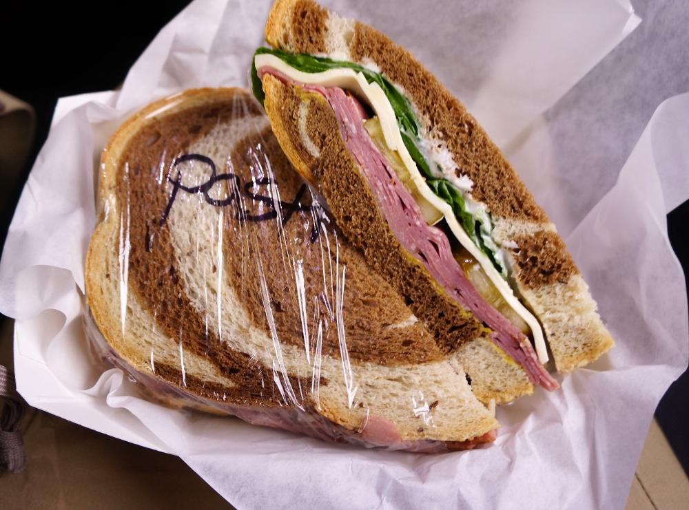 美味しいサンドウィッチに舌鼓。他のお客はFullサイズを買っていた。美味しそう!