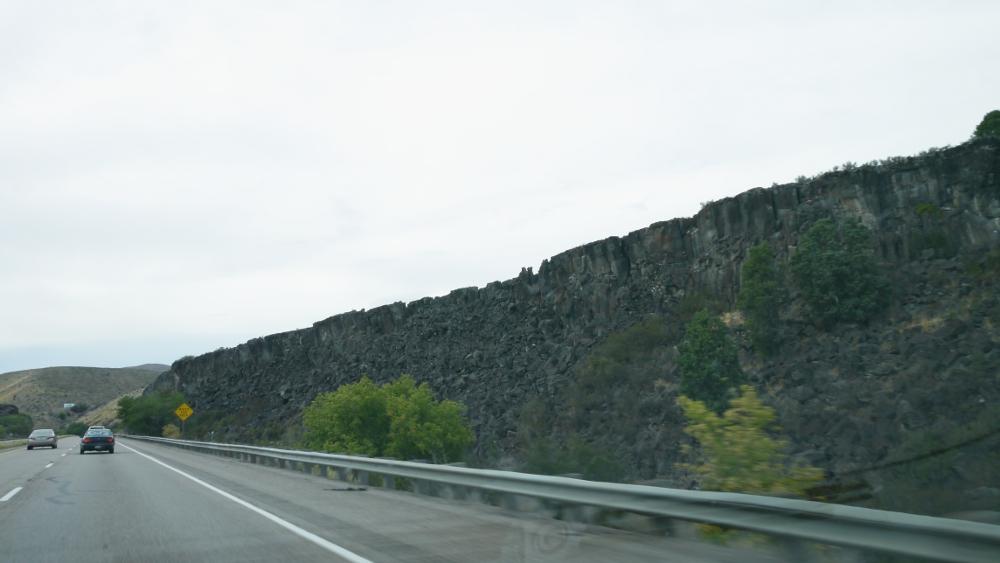 岩が細かく自然に割れている。近くに採石場らしきものもある。割る手間が省けるね
