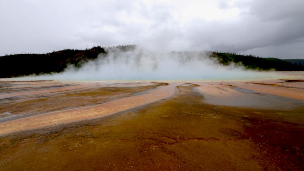 巨大な温泉に、周りが浅い湖のようになっていている。その湖から溢れた水が川に流れている。