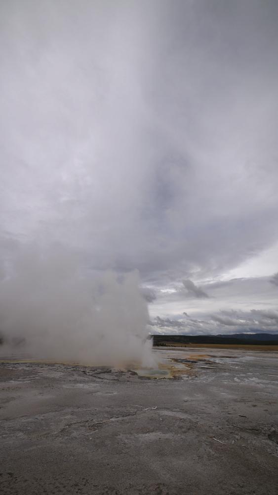 比較大きな間欠泉。 行った時に噴き出している所が見えたので、結構少ない間隔で噴き出しているのかも。