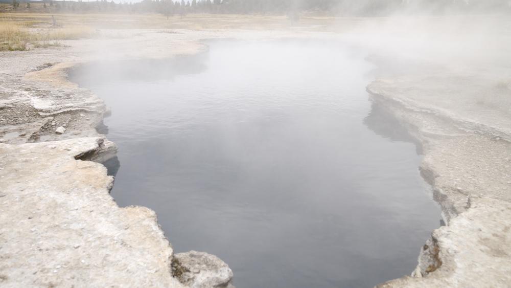 落ちた動物の骨がある温泉。暖かく、地表が脆い
