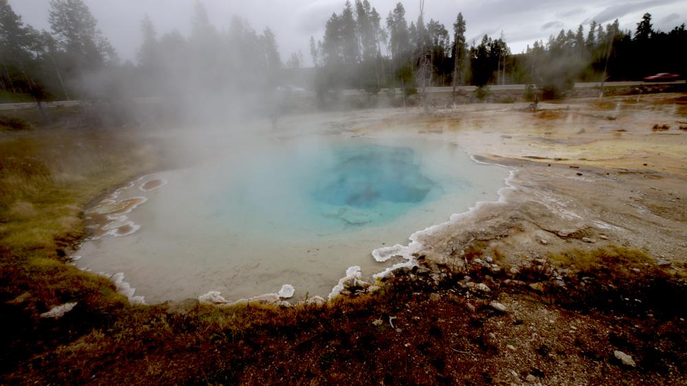青い色が綺麗な温泉。