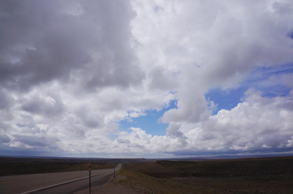 広がる雲。草原。そして、誰もいない