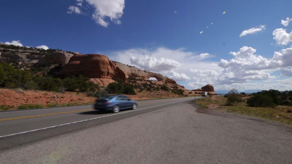 道路から見えるアーチ。Wilson Arch (ウィルソンアーチ)