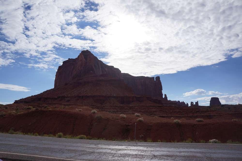 遠くに、奇妙なシェイプの岩がある。雲が綺麗